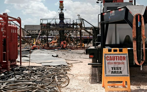 フラッキングを使った採掘現場(米テキサス州)=ロイター