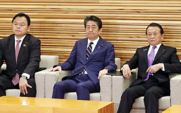 閣議に臨む安倍首相(20日、首相官邸)