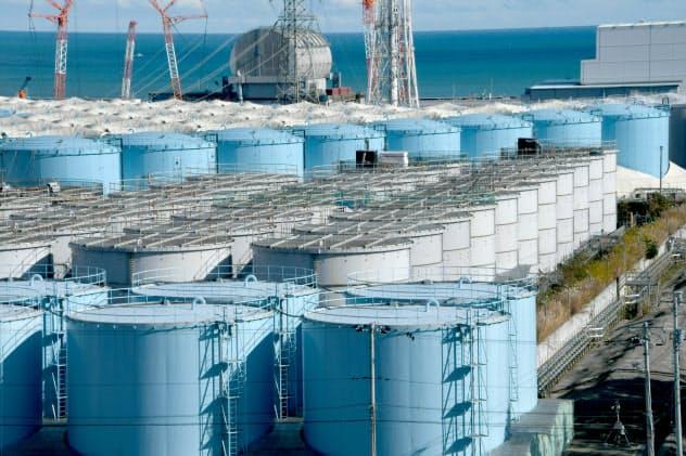 処理水の入った福島第1原発のタンク群(4日)=代表撮影