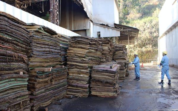 敷地内には災害ゴミの畳が大量に積み上がる(栃木県佐野市の泉工業羽鶴事業部)