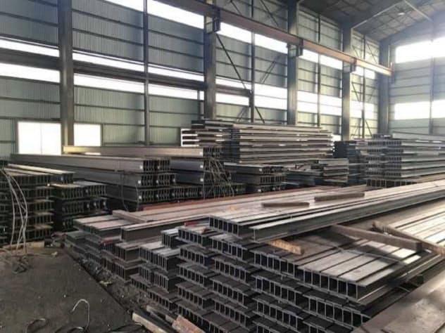 メーカーや流通事業者はH形鋼などの在庫調整を急いだ。