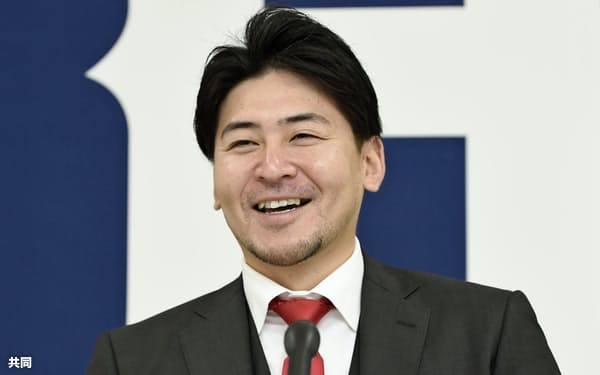 契約を更改し、記者会見する広島の会沢(20日、マツダスタジアム)=共同
