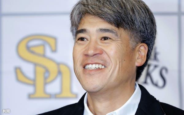 ソフトバンクの「会長付特別アドバイザー」として1年契約を結び、記者会見する城島健司氏(20日、福岡市内のホテル)=共同