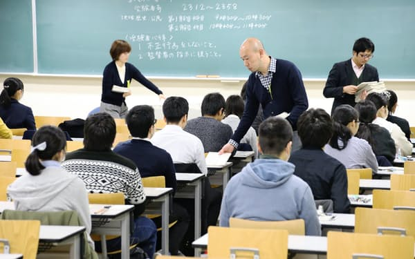 大学入試センター試験に臨む受験生(19日午前、名古屋市千種区の名古屋大学)