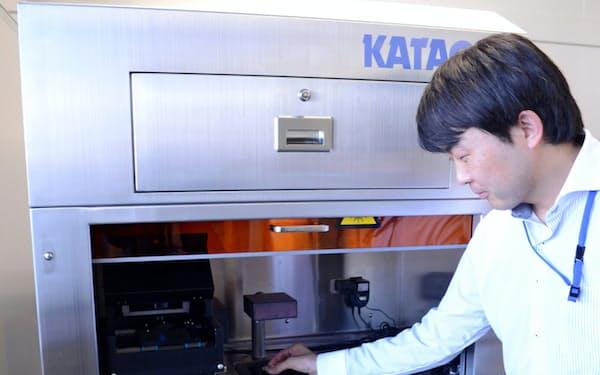 理研では不要な細胞をレーザーで焼く全自動装置の開発を進める。