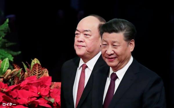 20日、返還記念式典に出席した習近平・国家主席(右)とマカオの賀一誠・行政長官=ロイター