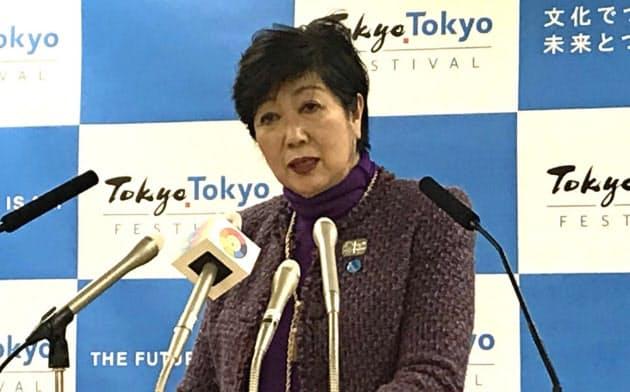 記者会見で女性参画の重要性を強調する小池氏(20日、都庁)