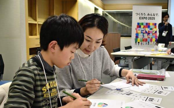 博覧会協会は全国9道府県で万博のロゴマークを制作するイベントを開催した(1日、大阪府東大阪市)