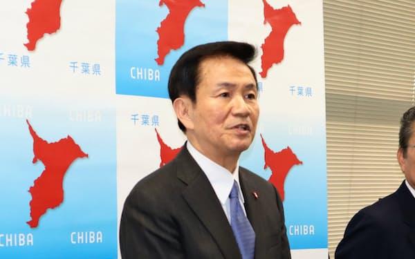 県庁内で記者団の取材に答える森田健作知事(20日、千葉県庁)