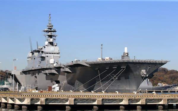 海上自衛隊の基地内に停泊する護衛艦「いずも」(2018年12月19日、神奈川県横須賀市)