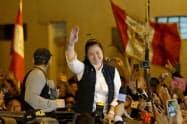 身柄拘束を解かれ、支持者に手を振るケイコ・フジモリ氏(11月29日、リマ)=ロイター