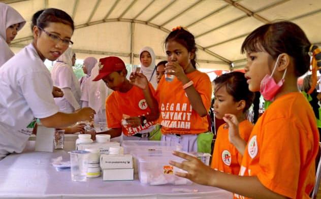 エーザイは東南アジアなどで熱帯病治療薬を無償提供している