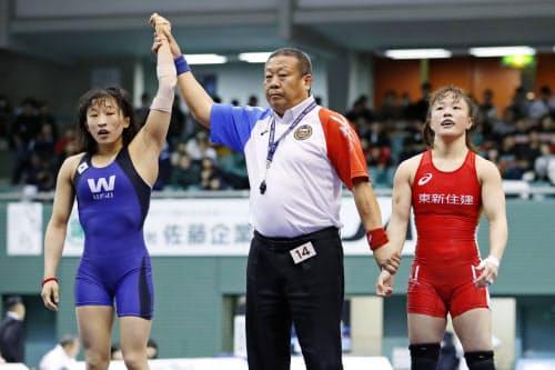 女子50キロ級準決勝 須崎優衣(左)に敗れた登坂絵莉(21日、駒沢体育館)=共同