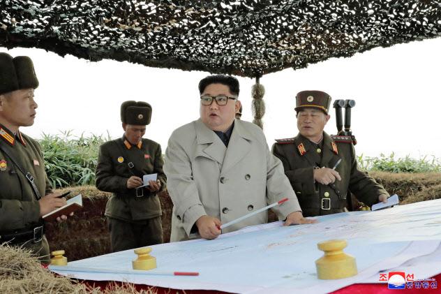 北朝鮮の昌麟島防御隊を視察する金正恩朝鮮労働党委員長=朝鮮中央通信・共同