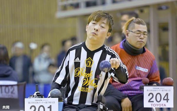 脳性まひ(BC2)準決勝 ボールを投げる杉村英孝=左(21日、豊田市総合体育館)=共同