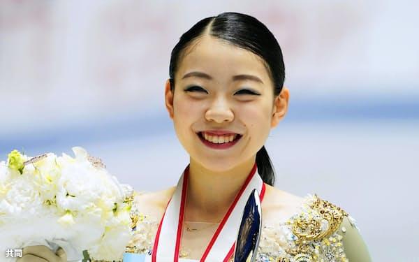 女子で優勝し笑顔の紀平梨花(21日、国立代々木競技場)=共同