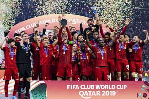 サッカークラブW杯で優勝し、喜ぶリバプールの選手たち(21日、ドーハ)=ゲッティ共同