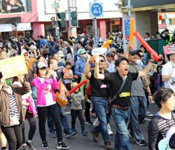 韓・高雄市長の罷免を求めるデモ参加者は、香港民主派が使う「光復香港」をもじって「光復高雄」との標語を掲げた(21日、高雄市内)