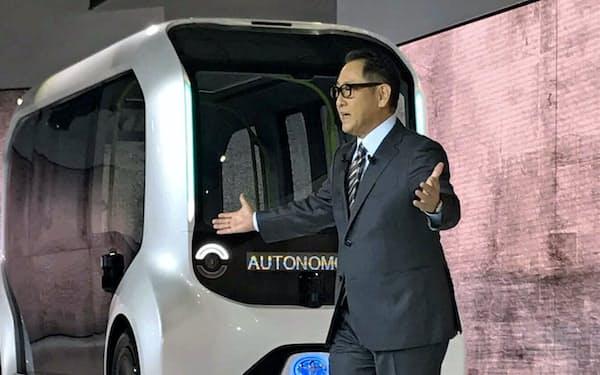 今年の東京モーターショーのトヨタブースでは新型車は並ばず、次世代のコンセプト車が中心だった(10月、報道向け公開で説明する豊田章男社長)