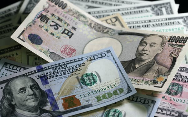 100ドル紙幣などと1万円札