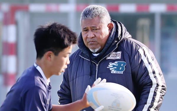 元ラグビー日本代表のロペティ・オトさんは中部大春日丘高校のコーチを務める