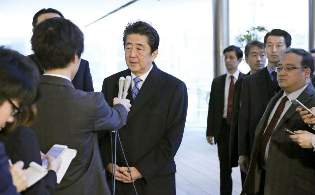 中国への出発を前に記者団の取材に応じる安倍首相(23日、首相官邸)