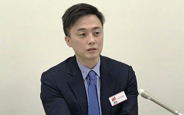 記者会見するglobal bridge HOLDINGSの貞松成社長(23日、東証)