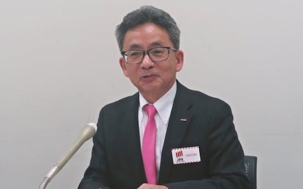 上場会見をするカクヤスの佐藤順一社長(23日、東京都中央区)