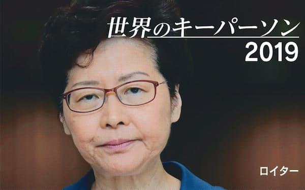 香港での記者会見で厳しい表情を見せる林鄭月蛾氏(10月)