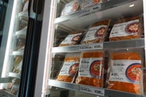 セントラルキッチンでの加工した冷凍食品を使った料理を提供。自社ブランドとして消費者に直接販売も