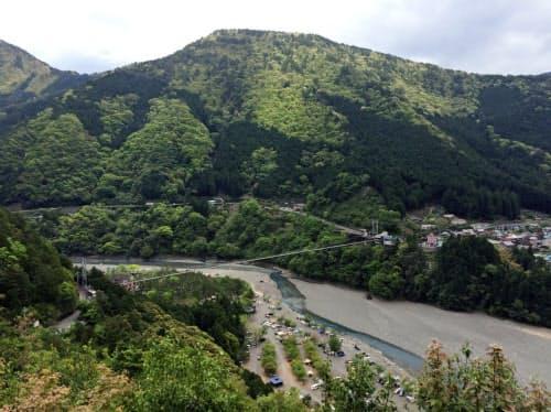 「谷瀬のつり橋」近くで30分停車し、見学時間も設ける(奈良県十津川村)