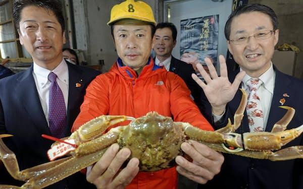 500万円で落札された五輝星(写真中央は落札業者、右は平井知事)