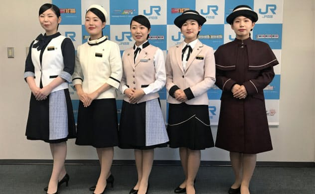 土佐和紙の柄を採り入れた観光列車のアテンダントの制服