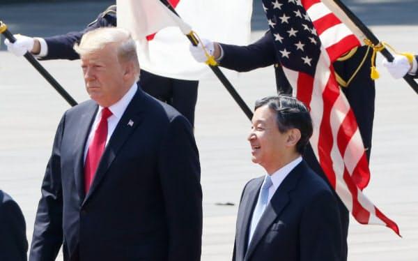 歓迎行事で天皇陛下と並んで歩くトランプ氏(5月、皇居・東庭)