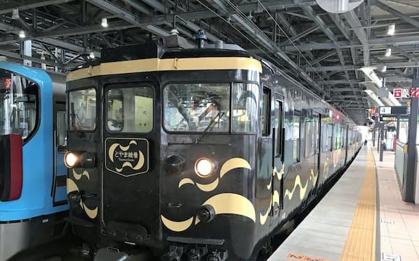 JR西はあいの風とやま鉄道と富山県内の3在来線を乗り継ぐ際の割引を終了すると表明した(あいの風の車両)