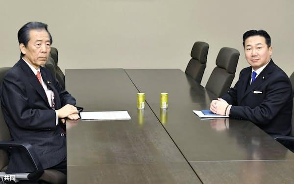 会談に臨む国民民主党の平野幹事長(左)と立憲民主党の福山幹事長=19日午前、国会
