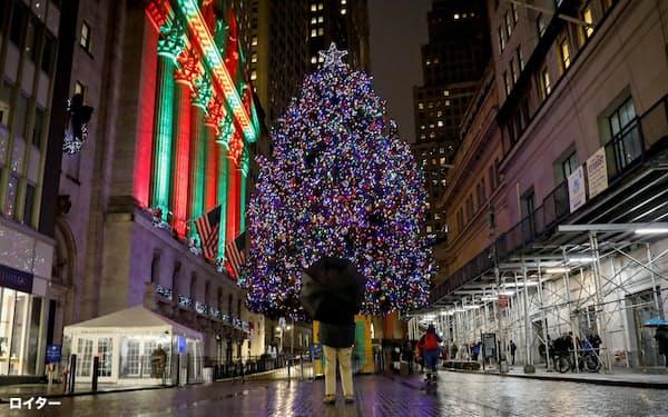 ニューヨーク証券取引所(左)とクリスマスツリー=ロイター