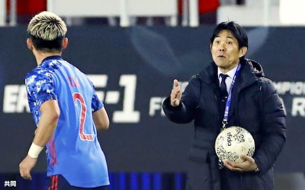 森保監督(右)は22年から逆算して日本代表を世界に向けて大きく飛躍させようとしている=共同