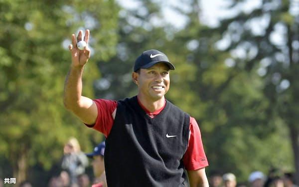 ZOZOチャンピオンシップで優勝を決めたタイガー・ウッズ。米ツアー史上最多の通算82勝に並んだ=共同