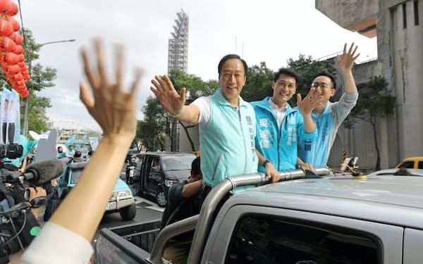 鴻海の郭氏(車上(左))は議会選の応援に飛び回る(14日、新北市内)=小林健撮影