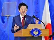 記者会見する安倍首相(24日、中国・成都)=共同