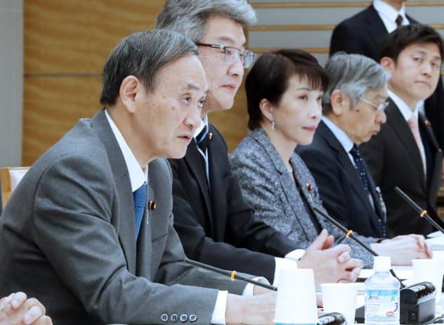 統計改革推進会議であいさつする菅官房長官(手前)=24日、首相官邸