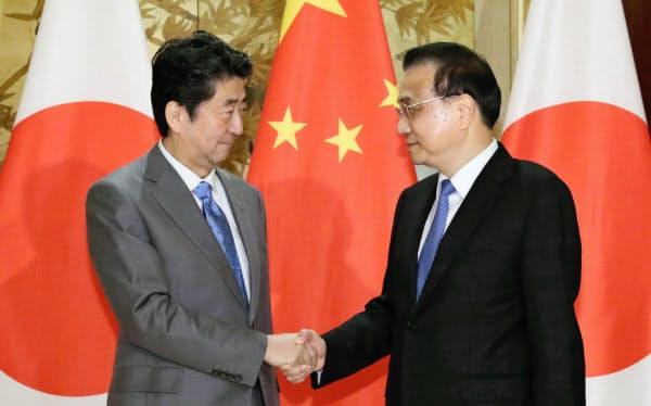 会談前、握手する安倍首相と中国の李克強首相(25日、中国・成都)=代表撮影・共同