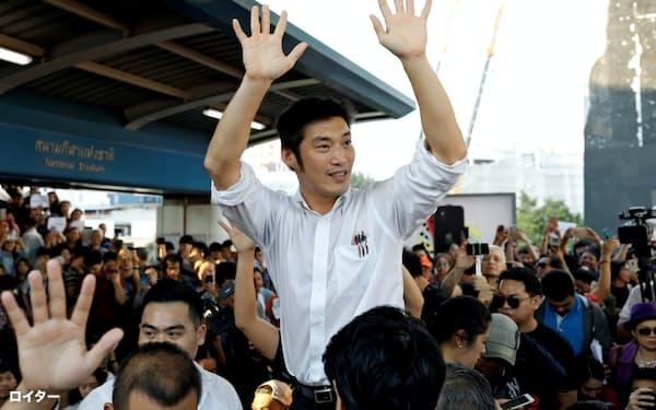 支持者の声援に応える新未来党のタナトーン党首(14日、バンコク)=ロイター