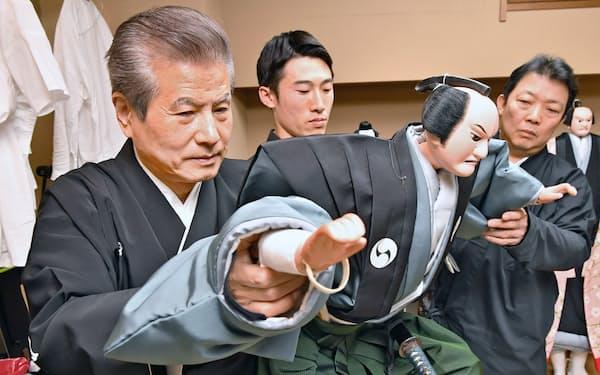 楽屋で弟子を指導する人形遣いの二代吉田玉男(左)(2019年11月、大阪市中央区)