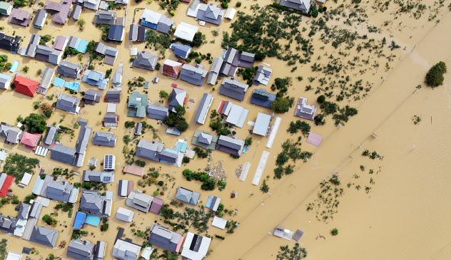 千曲川の堤防が決壊し、大規模浸水した市街地(13日、長野市穂保)