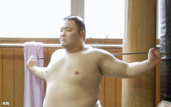 朝稽古で、ゴムチューブを使って体を動かす新関脇の朝乃山(25日、東京都墨田区の高砂部屋)=共同