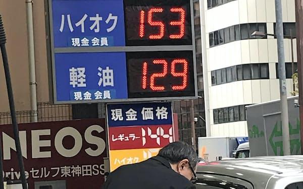 ガソリン高で家計の負担も増す(25日、東京都内の給油所)