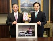 富士急行の堀内光一郎社長(右)から堀内茂市長に寄付の目録が手渡された(25日、富士吉田市役所)