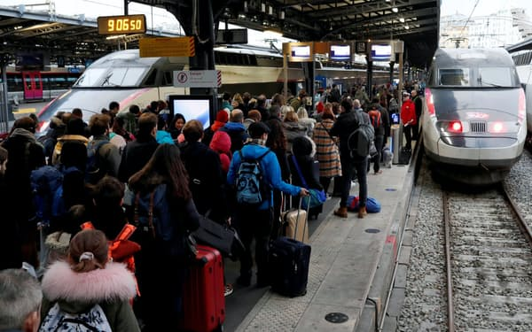 仏国鉄の大規模ストで混雑するパリ東駅(23日)=ロイター